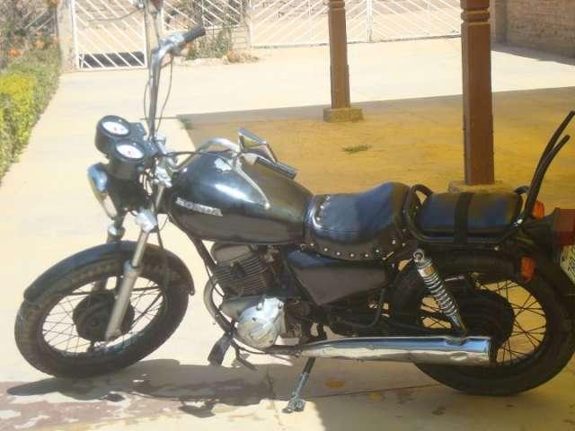Vendo moto honda japonesa model 86 de 200cc tipo chopera color negra, precio charla ble